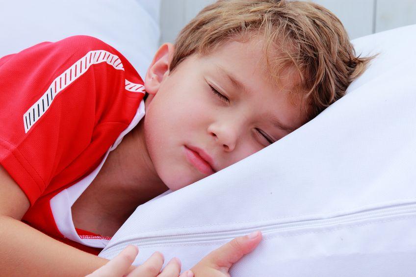 Un niño al que le cuesta levantarse en la vuelta al cole.