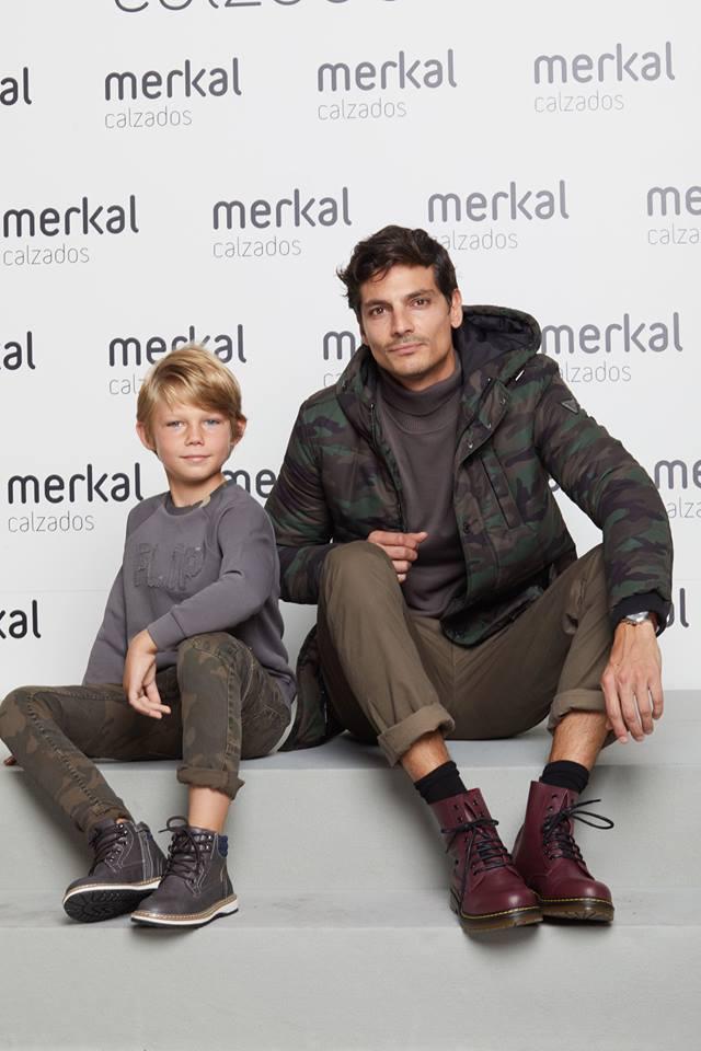 Javier de Miguel con una botas de estilo militar en Merkal Flash.