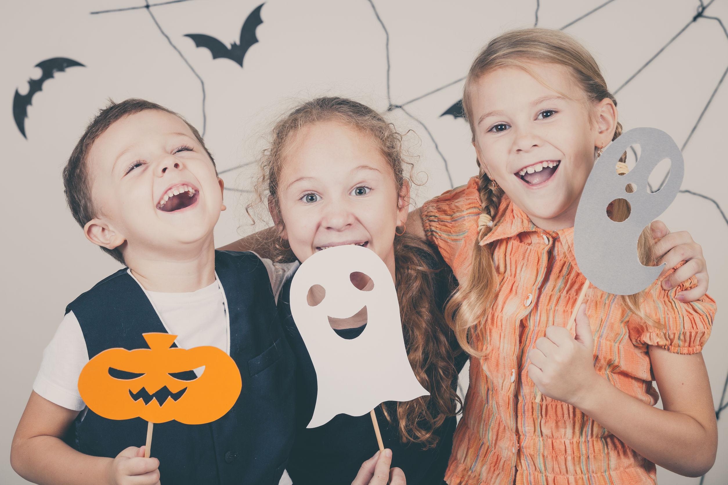 Tres niños preparados para una fiesta de Halloween.