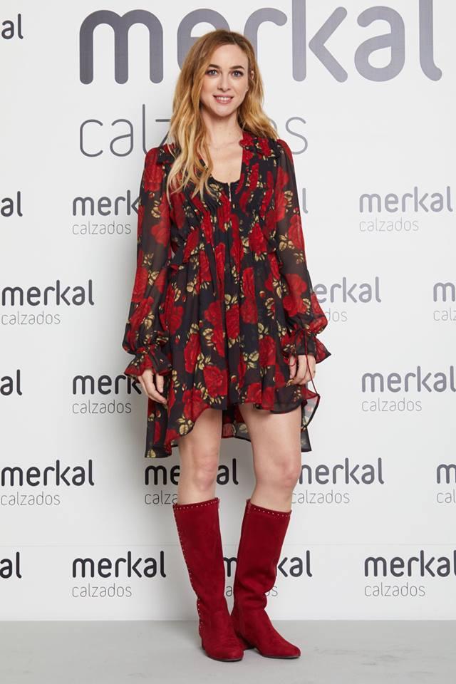 Marta Hazas con unas preciosas botas rojas planas.