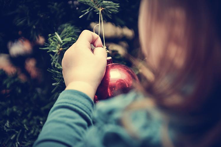 niños ayudando a pòner el árbol de navidad
