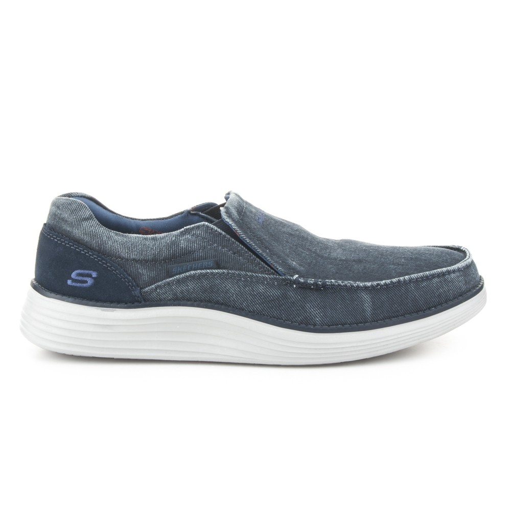 Zapatilla slip-on de la marca Skechers.