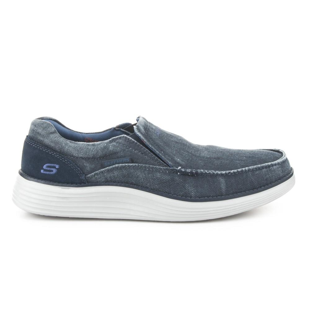 Zapatilla slip-on de la marca Skechers.