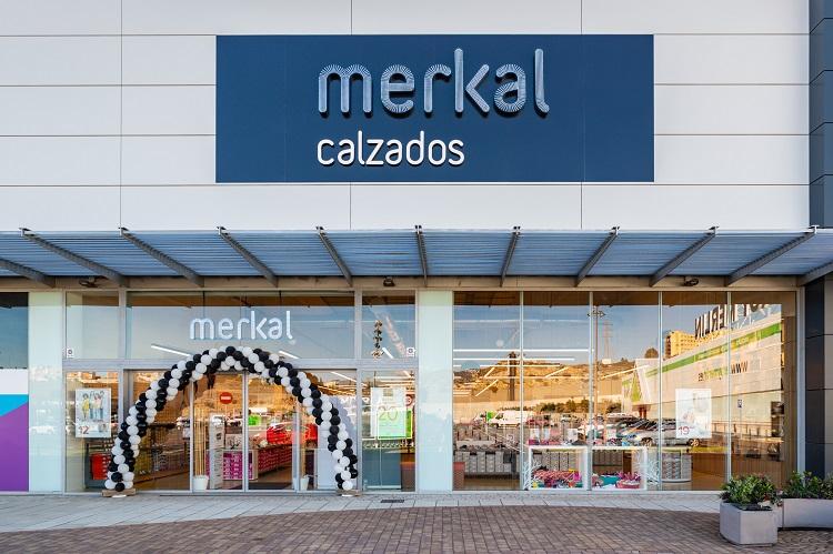 Exterior de la nueva tienda Merkal en Torrecárdenas, Almería.