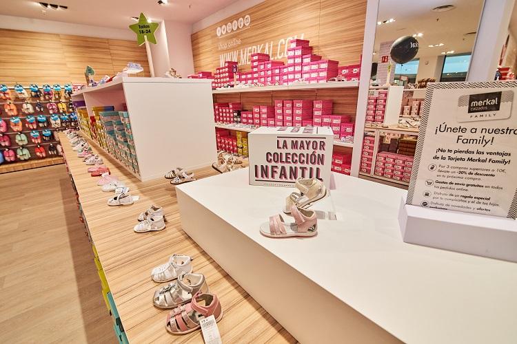 En los espacios abierto de las nuevas tiendas Merkal encontrarás calzado para toda la familia.