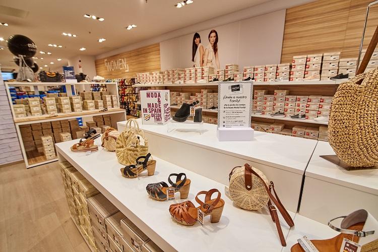 Interior de una de las nuevas tiendas Merkal.