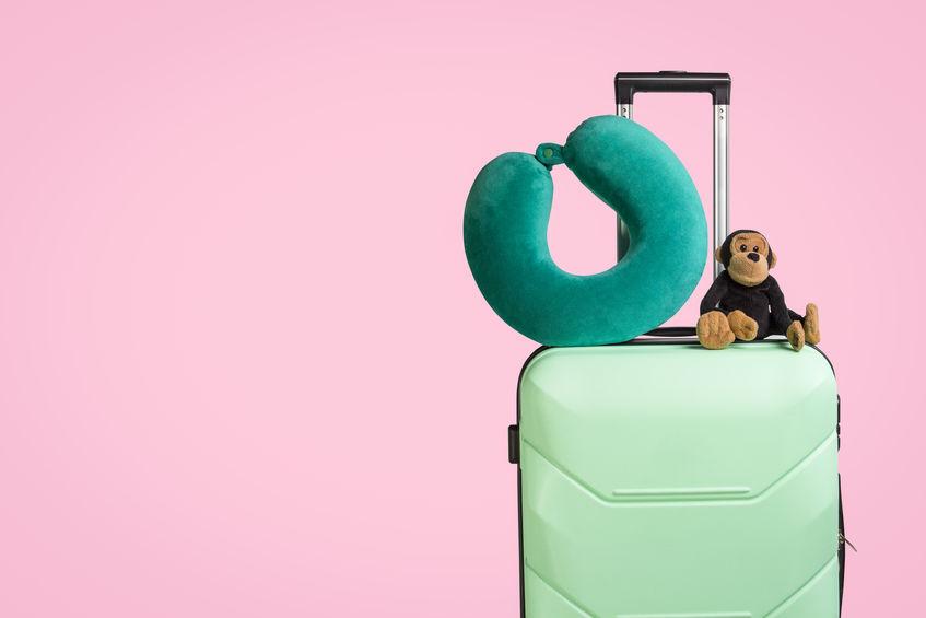 Una maleta preparada para disfrutar de unas vacaciones con niños.