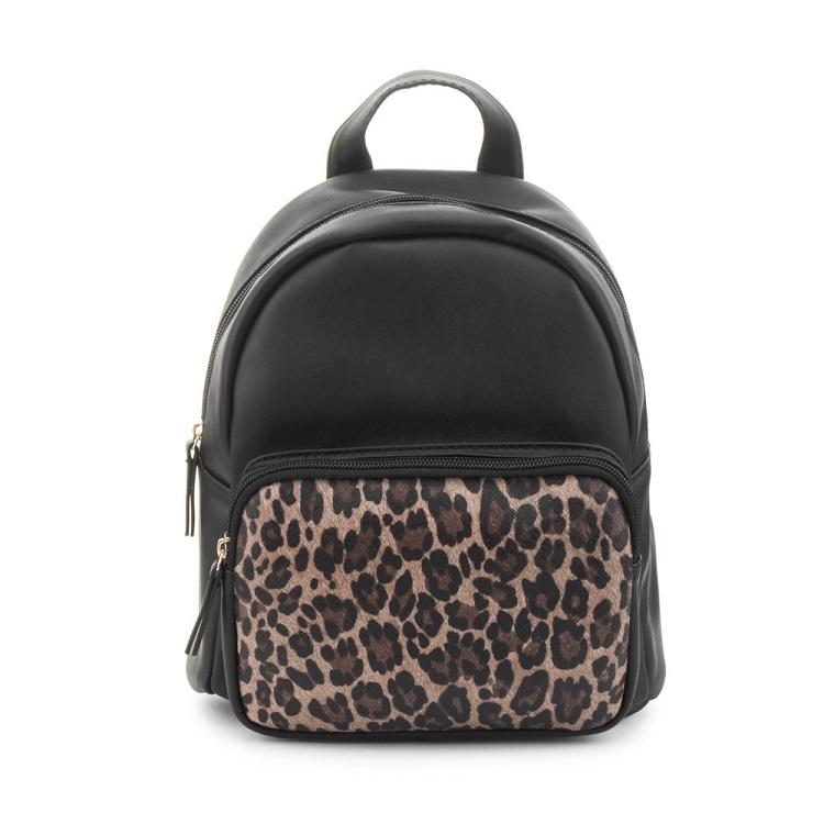 mochila negra con estampado de leopardo