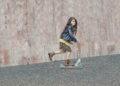 Niña con patinete y botines merkal