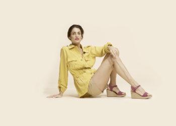 Mujer con sandalias de piel