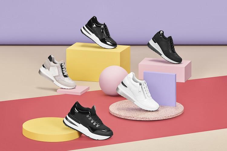 Cinco modelos diferentes de zapatillas para mujer en tonos blanco y negro