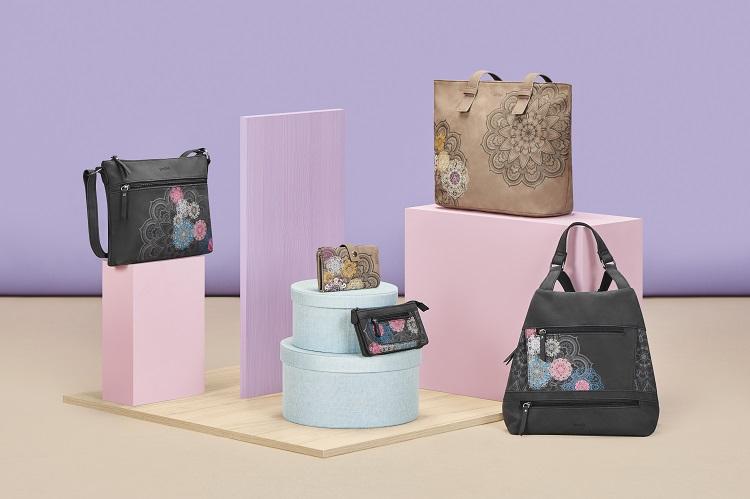 Bodegón de bolsos con estampado mandala