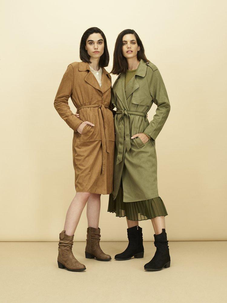Dos mujeres con gabardinas y botines con caña arrugada
