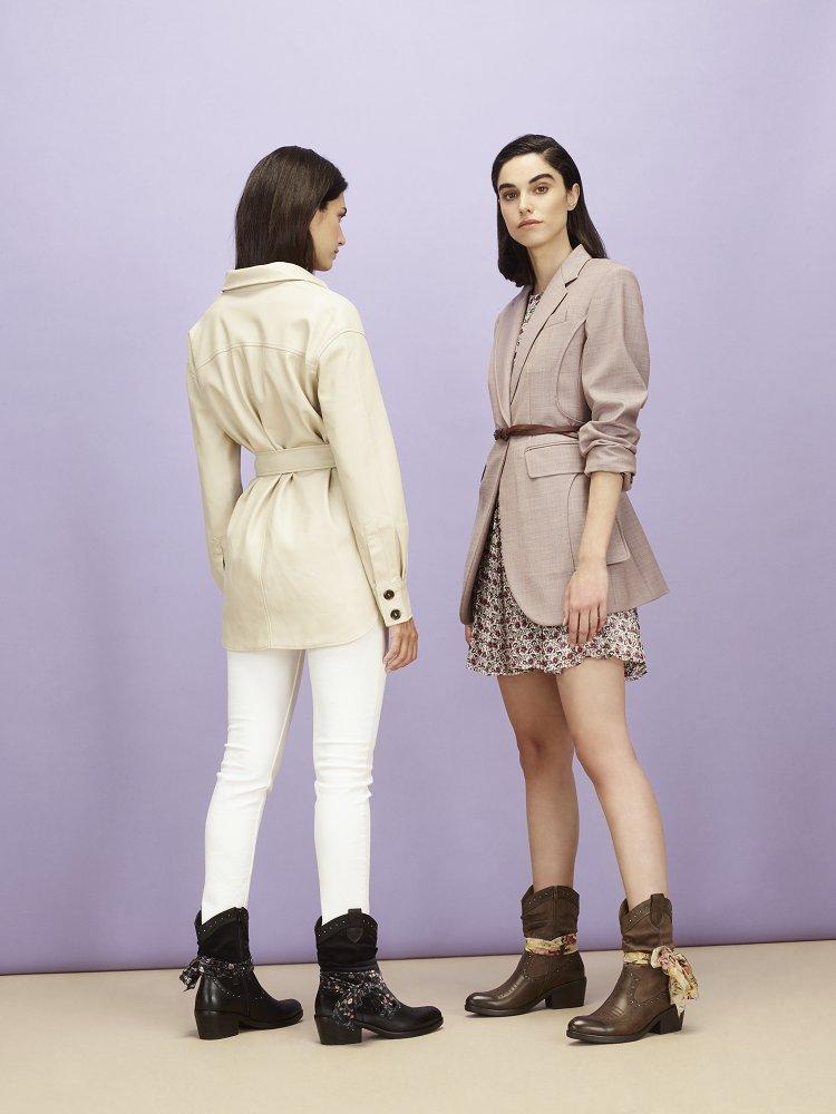 Dos mujeres con looks de entretiempo y botines de otoño estilo cowboy