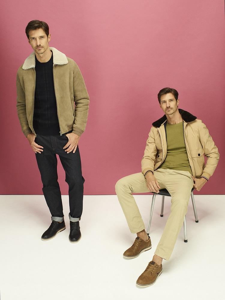 Dos hombres con looks urbanos posan con sus bluchers