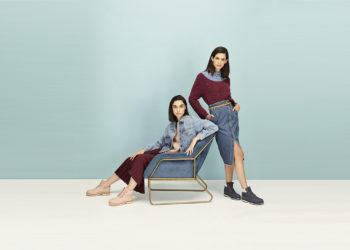 Dos mujeres posan con sus zapatos de rebajas 2021