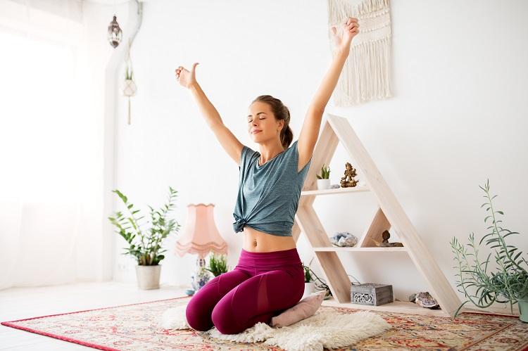 Mujer joven meditando en un estudio de yoga